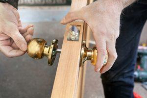 Montaż klamki do drzwi