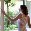 kobieta w oknie Plastixal